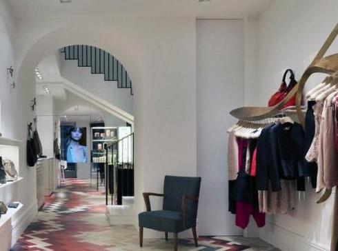 服装店共两层,一层地面菱形铺设的彩色地板是最抢眼的装饰.