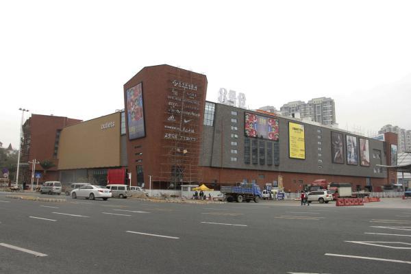 各拼特色、奥特莱斯商场被迫本土化:变高奢为大众